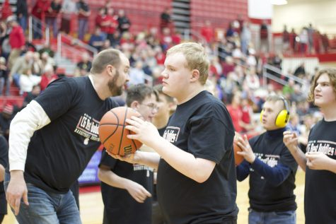 Best Buddies hosts first ever shootout during boys basketball halftime