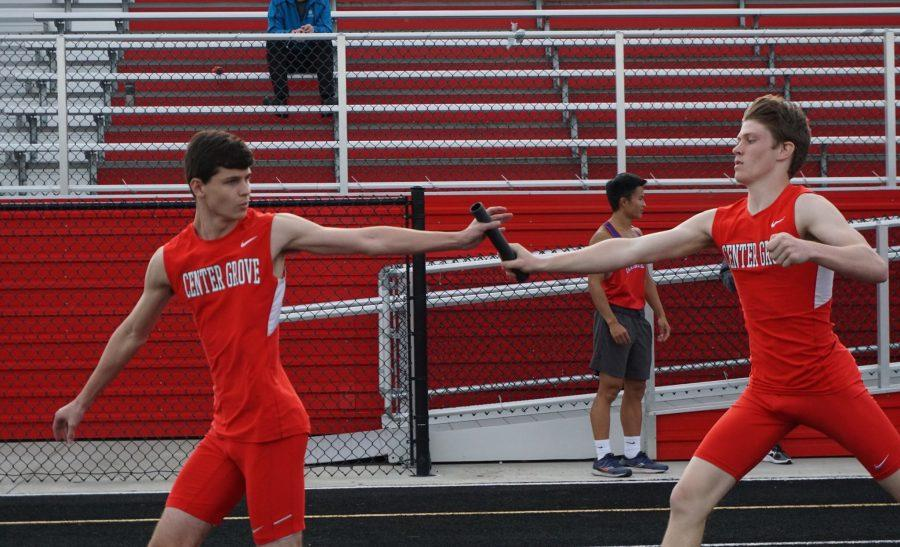 Harrison+Roberts+%E2%80%9821+and+Trent+Veith+%E2%80%9821+make+the+first+handoff+in+the+4X400+meter+relay.+